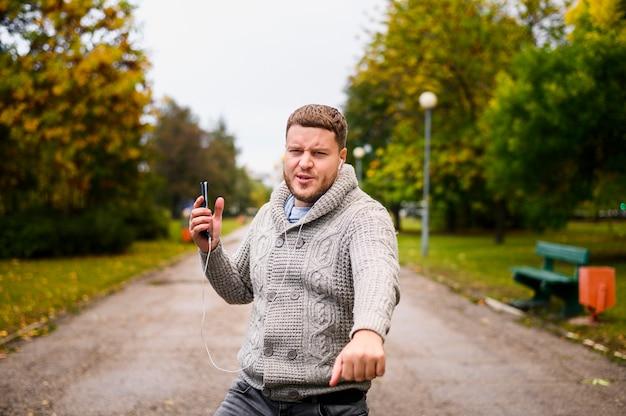 公園の路地で顔をしかめ若い男