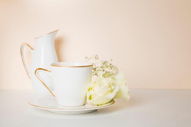 Чашка чая и цветы вид спереди