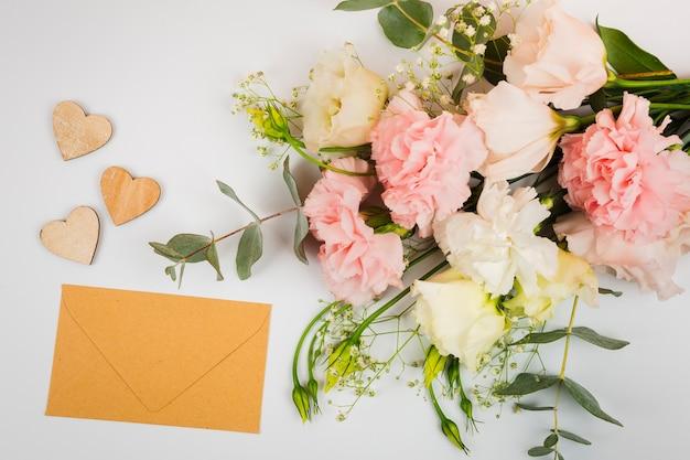 花と封筒のモックアップ