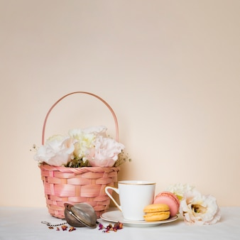 Чай и миндальное печенье вид спереди