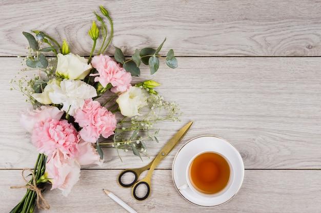 Английский чай на деревянном фоне