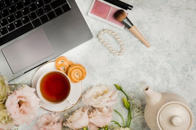 Английский чай рядом с макияжем