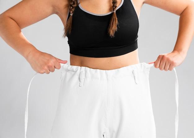 Тело женщины одеваются в форму