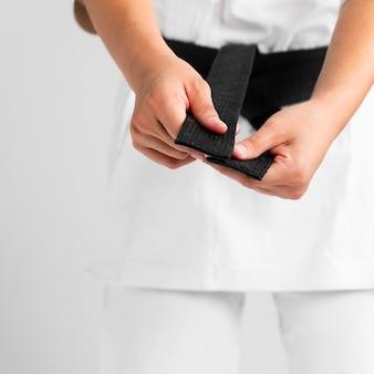 制服のクローズアップで服を着る女性