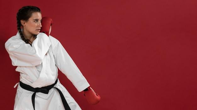 Девушка боевых искусств каратэ с черным поясом и копией космического фона