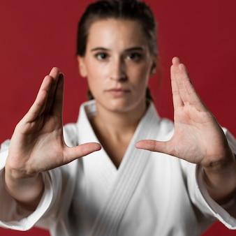 Конец-вверх женщины боевых искусств готовой для боя