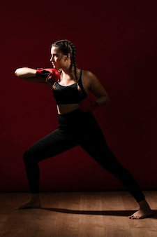 Длинный вид сбоку спортивной женщины в одежде для фитнеса