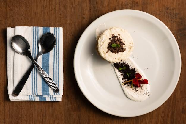 Плоский десерт с чайными ложками
