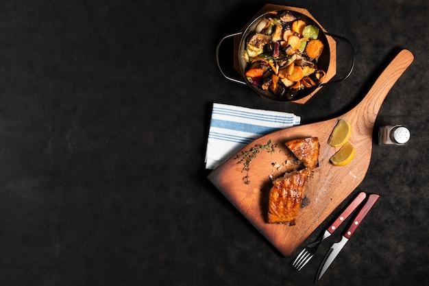 Плоский лосось с овощами