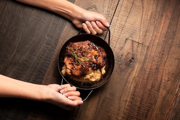 横たわる平干しステーキ