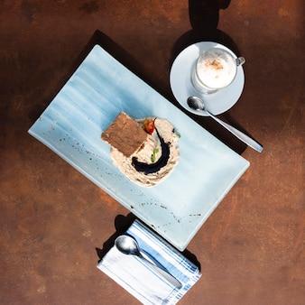 Плоский десерт с напитком