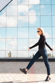 モデル歩行の完全なショット