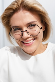 Красивая женщина, улыбаясь в камеру