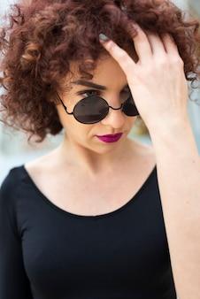 髪を固定する美しいモデル