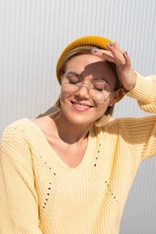 太陽から目を保護する女性