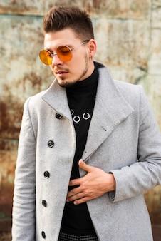 トレンディな眼鏡をかけているハンサムな男