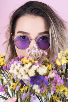花を持つ女性のスタジオ撮影