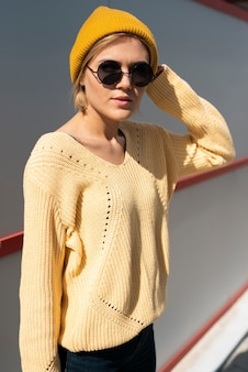 Красивая модель в повседневной одежде