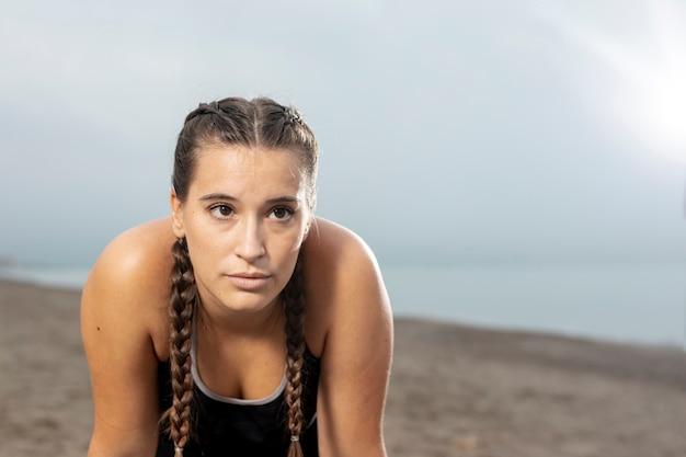 美しい若い女性屋外トレーニング