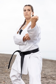 フィットの若い女の子トレーニング格闘技