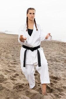 Уверенная девушка в костюме боевого искусства