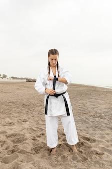 フィットの若い女の子のトレーニングの肖像画
