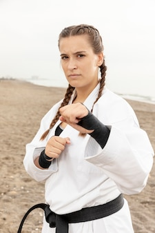Портрет молодой девушки в костюме каратэ