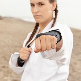 Портрет молодой девушки тренировки каратэ