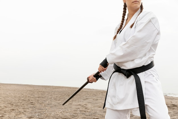 若い女性の空手の衣装でトレーニング