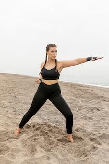 スポーツウェアの若い女性トレーニングに適合