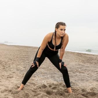 Полная съемка молодая девушка в спортивной одежде