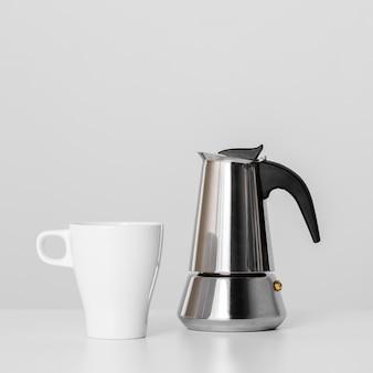 Чайник и керамическая кружка