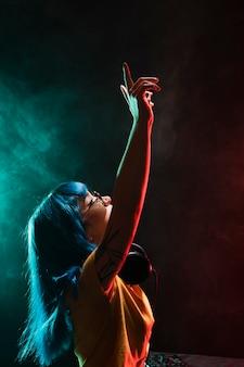 Вид спереди на женскую музыку