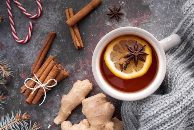 熱いお茶とレモンのトップビューの配置