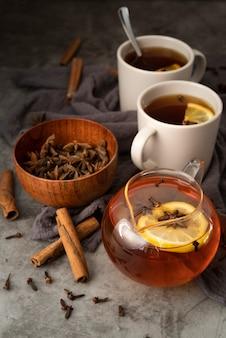 Композиция под большим углом с вкусным чаем и палочками корицы
