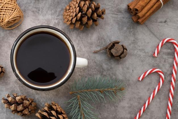 コーヒーカップと松ぼっくりのトップビューの配置