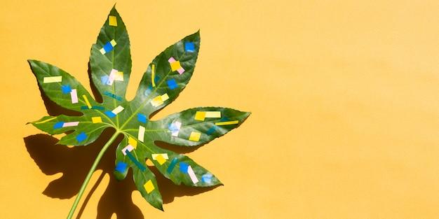 栗の葉で空間の背景をコピーする