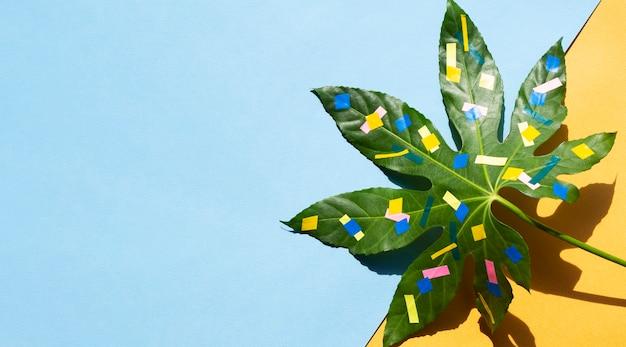 カエデの葉と色の塗料コピースペース