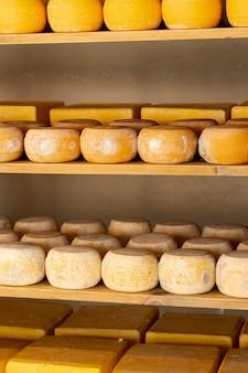 Колеса из органического сыра на полке