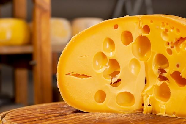 チーズのおいしいスライスをクローズアップ