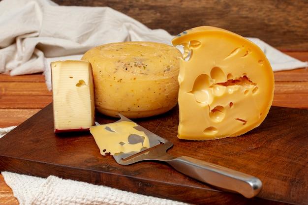 ボード上のチーズのクローズアップのさまざまな