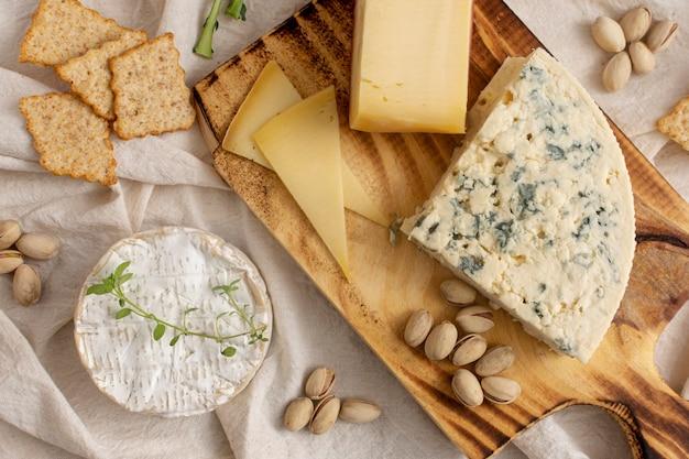 テーブルの上のさまざまなチーズとスナック