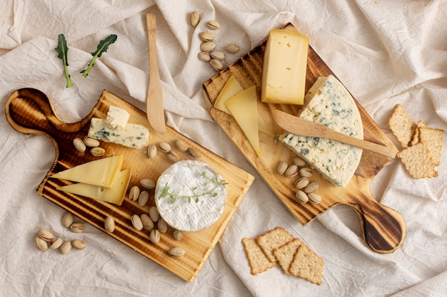 テーブルの上のトップビューおいしいチーズ