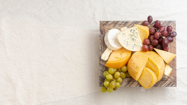 トップビューのさまざまなチーズコピースペース