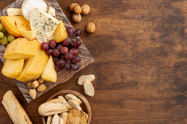 Вид сверху вкусный сыр с копией пространства