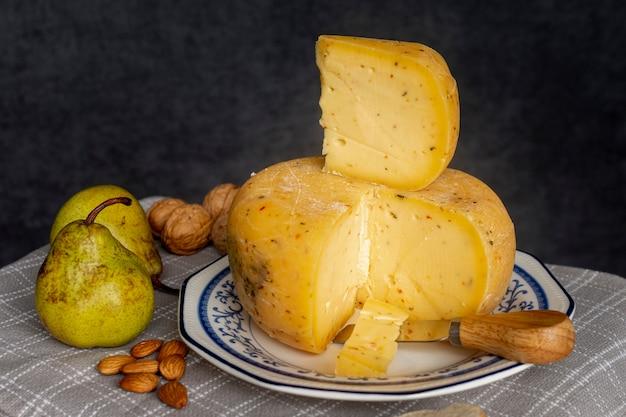 Крупным планом вкусный сыр и груши