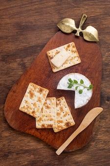 Вид сверху сыр бри с крекерами