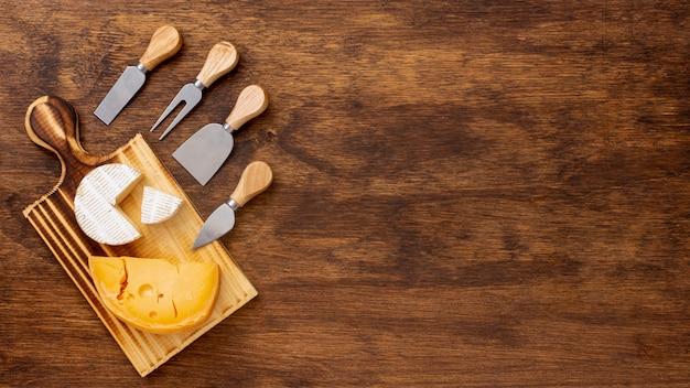 アクセサリーとコピースペースとチーズのスライス