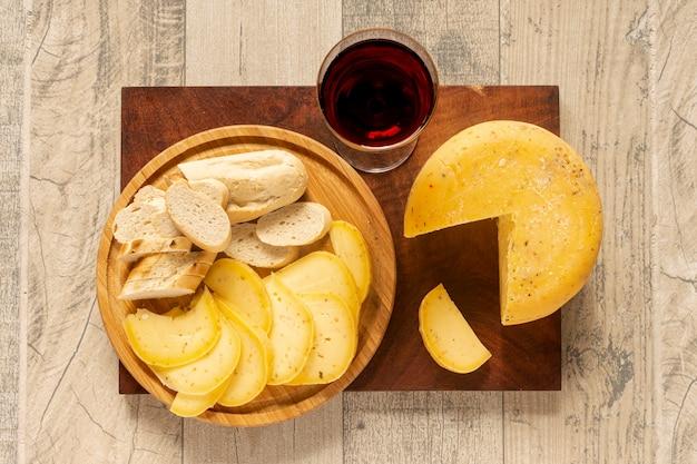 テーブルの上のチーズとワインのグラス