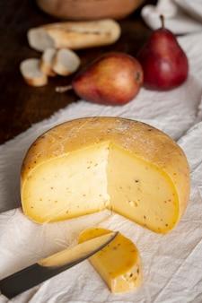 テーブルの上のおいしいチーズをクローズアップ